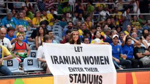 Darya Safai a brandi sa pancarte lundi lors d'une rencontre de volley Iran-Russie.