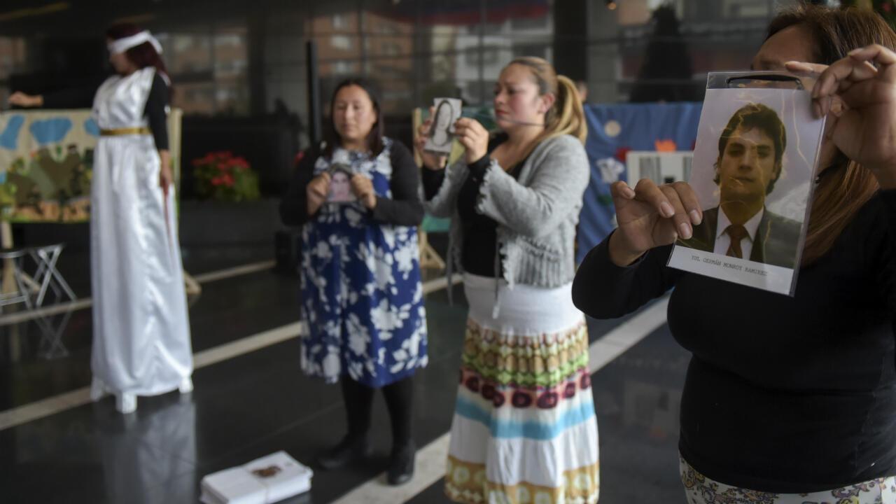 Víctimas del conflicto armado colombiano conmemoran el Día Internacional de los Derechos Humanos, en la sede de la Jurisdicción Especial para la Paz (JEP) en Bogotá, el 10 de diciembre de 2018.