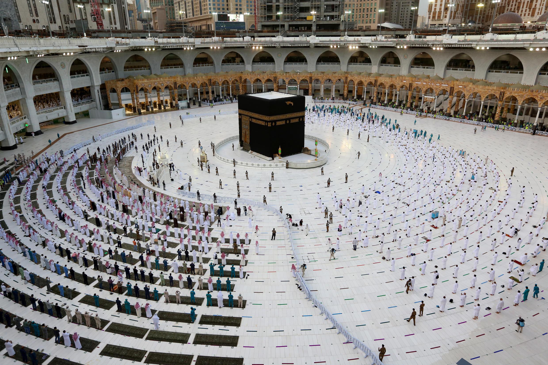 Des fidèles rassemblés autour de la Kaaba, dans la grande mosquée de La Mecque, le 13 mai 2021. L'arabie saoudite a annoncé ce même jour que 60.000 résidents vaccinés seraient autorisés cette année à effectuer le Hajj, le grand pélerinage qui accueille habituellement 2,5 millions de personnes
