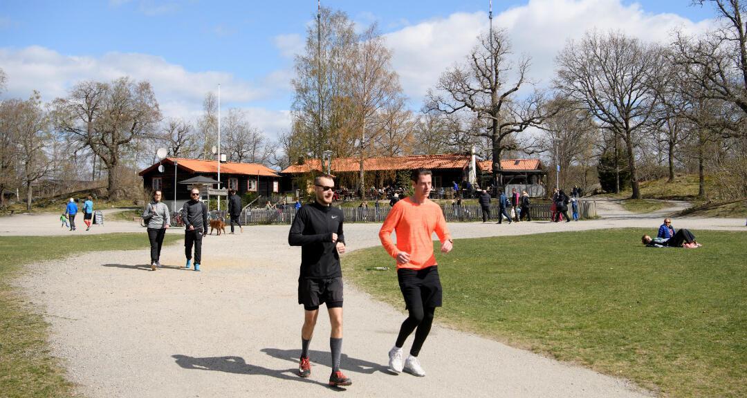 La gente hace ejercicio en medio del brote de coronavirus en las afueras de Estocolmo, Suecia, el 26 de abril de 2020.