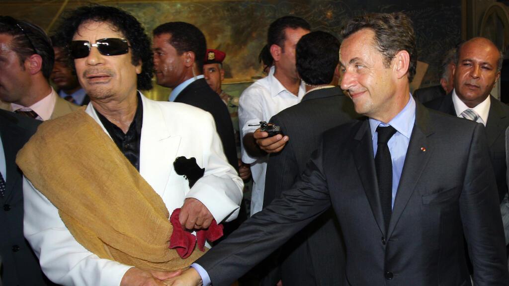 Imagen de archivo. El presidente francés, Nicolas Sarkozy, da la mano al líder libio Muamar el Gadafi a su llegada para una visita oficial a Libia, el 25 de julio de 2007 en Trípoli.