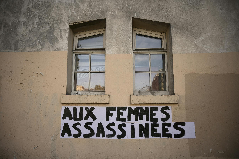 Un collage dénonçant les féminicides sur un mur de Paris en septembre 2019