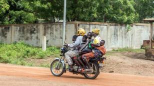 Une famille fuit la ville de Savè, après les affrontements meurtriers entre civils et forces de l'ordre, dans le centre du Bénin, le 15 juin 2019.