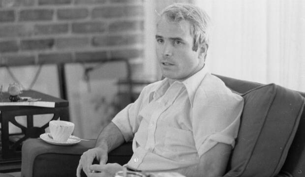 El Teniente Comandante de Marina de los EE. UU. John S. McCain es entrevistado sobre sus experiencias como prisionero de guerra durante la guerra en Vietnam, el 24 de abril de 1973.