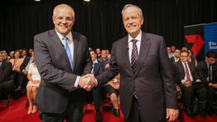 El candidato liberal y actual primer ministro, Scott Morrison, se da la mano con su opositor y candidato laborista Bill Shorten en Perth, Australia, el pasado 29 de abril de 2019.
