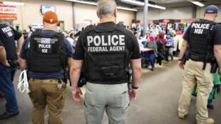 Agentes de Inmigración y Control de Aduanas durante una redada en el estado de Mississippi en EE. UU. El 07 de agosto de 2019.