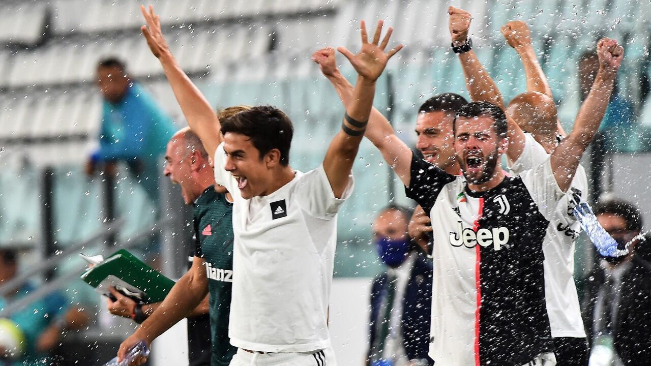 La Juventus, con el argentino Paulo Dybala al frente, celebra su noveno título de liga consecutivo. Turín, Italia, 26 de julio de 2020.