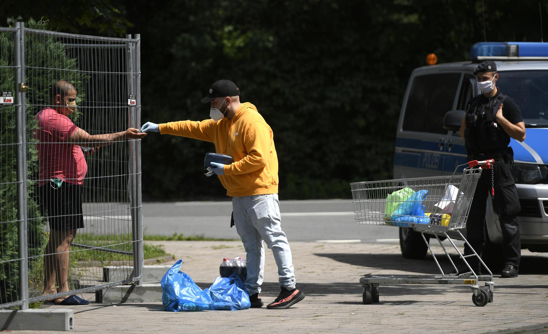 Placé en quarantaine, un employé du plus grand abattoir d'Europe, Tönnies, reçoit des denrées alimentaires à son domicile de Sürenheide, sur la commune de Verl, en Allemagne, le 22 juin 2020.