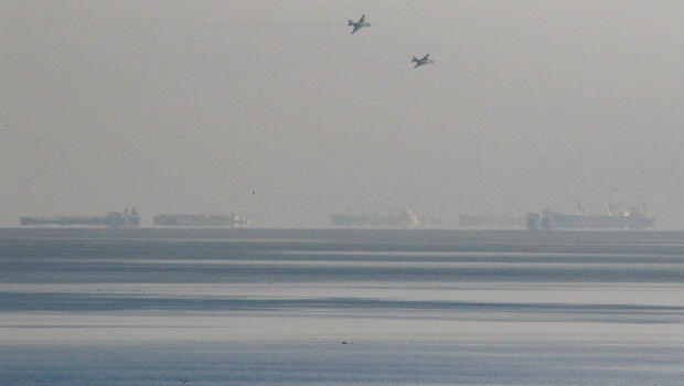 Aviones de combate rusos sobrevuelan barcos ucranianos que están debajo de un puente que conecta a Rusia con la Península de Crimea.