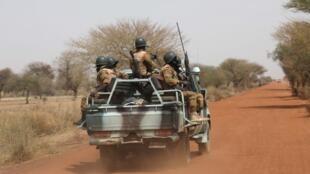 202004africa_burkinafaso_soldiers