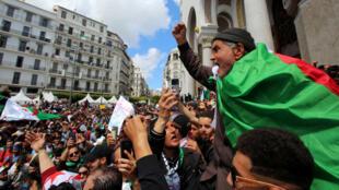 Un hombre gesticula durante una protesta contra el nombramiento del presidente interino Abdelkader Bensalah exigiendo cambios radicales en el sistema político, en Argel, Argelia, 10 de abril de 2019.