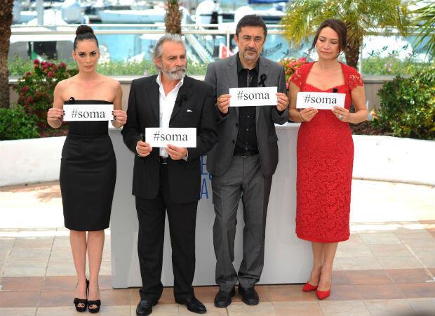 """L'équipe du film """"Sommeil d'hiver"""" de Nuri Bilge Ceylan (au centre, en costume gris) rendant hommage aux victimes de l'explosion de la mine de Soma, en Turquie."""