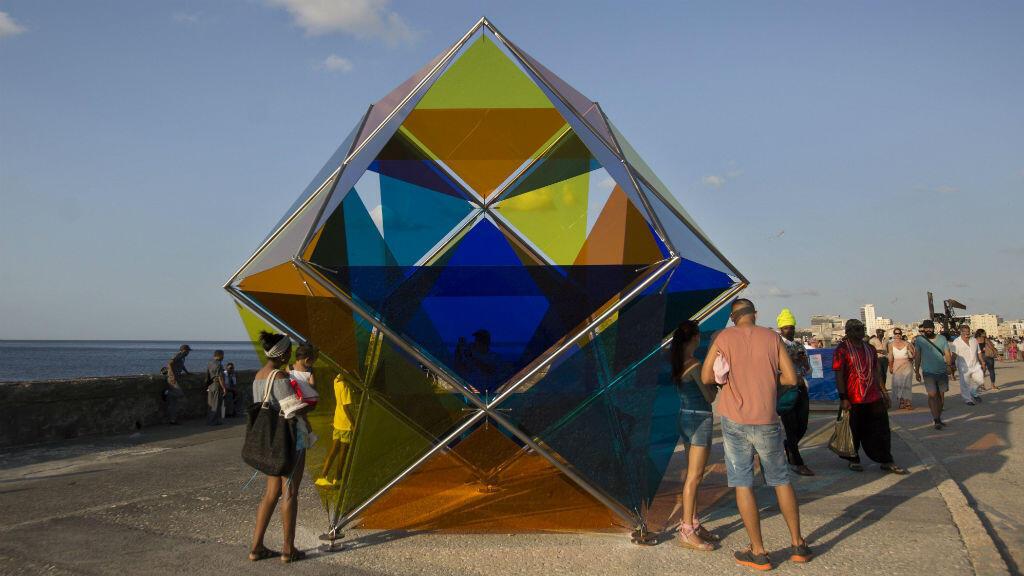 Asistentes observan la instalación del artista español David Magan en el Malecón de la La Habana.
