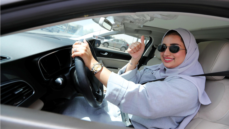 Una mujer saudí manejando su automóvil horas después del fin de la prohibición.  24 de junio de 2018.