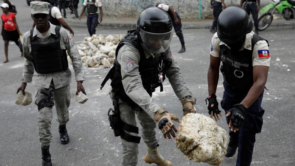Las fuerzas de seguridad despejan las barricadas construidas por los manifestantes durante una protesta en Puerto Príncipe, Haití, el 24 de febrero de 2020.