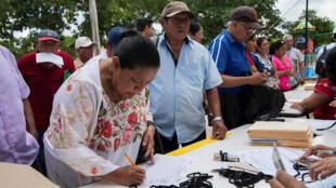 Habitantes de la ciudad de Mérida, en el estado de Yucatán, participan de la consulta a comunidades indígenas sobre el proyecto de Tren Maya, el 15 de diciembre de 2019.