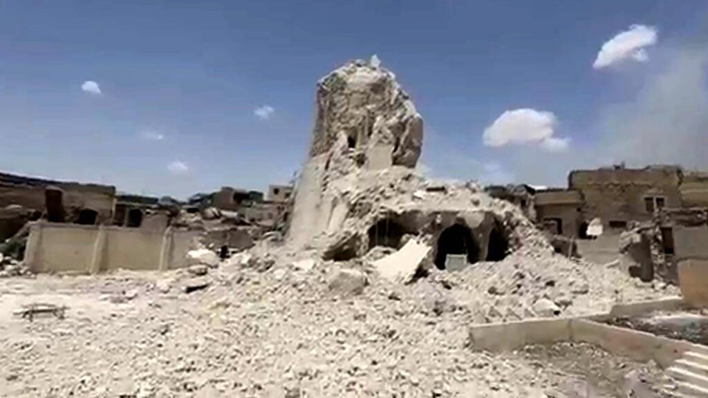 """Les ruines du minaret """"bossu"""" de la mosquée d'al-Nuri, qui a été détruite le 21 juin."""