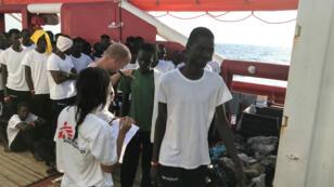 Des migrants, secourus au large des côtes libyennes, à bord de l'Ocean Viking, le 10août2019.