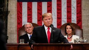 La presidenta de la Cámara de Representantes, Nancy Pelosi, y el vicepresidente, Mike Pence, observan mientras el presidente de Estados Unidos, Donald Trump, pronuncia su segundo discurso sobre el Estado de la Unión en una sesión conjunta del Congreso de los Estados Unidos en la Cámara de Representantes del Capitolio de los Estados Unidos en el Capitolio de Washington, Estados Unidos, el 5 de febrero de 2019.