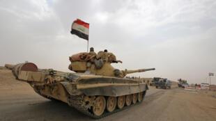 Un tank des forces irakiennes se dirigeant vers la localité de Sharqat, au sud-ouest de Hawija.