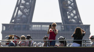 tourists eiffel tower