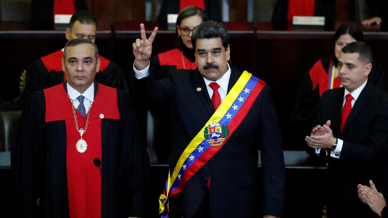 El presidente de Venezuela , Nicolás Maduro, gesticula después de recibir la banda presidencial durante el juramento ceremonial de su segundo período presidencial en el Tribunal Supremo de Justicia en Caracas, Venezuela, el 10 de enero de 2019.