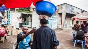 Prise de température sur un homme à Goma, le 31 juillet 2019.