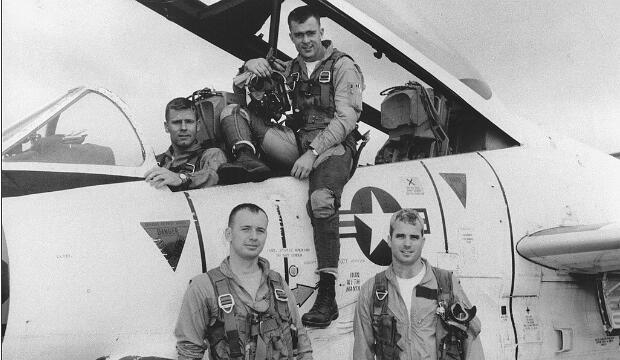 El jóven piloto John McCain, de pie a la derecha, posa con su escuadrón de la Armada de los EE. UU. En 1965.
