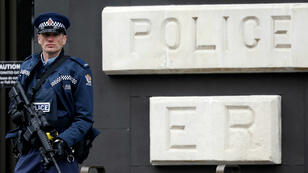 الشرطة النيوزيلندية عند مدخل محكمة كرايستشيرش في 5 أبريل/نيسان 2019.
