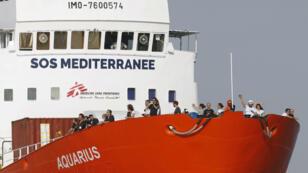 Imagen de archivo que muestra parte de la tripulación de la embarcación Aquarius, la cual debió seguir navegando hacia un puerto de Malta tras la negativa de Francia de recibirlo en Marsella.