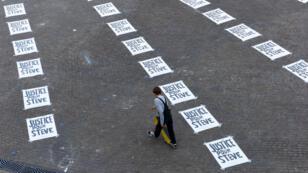 """Un homme traverse à Nantes la place Royale, recouverte d'affiches avec l'inscription """"Justice pour Steve"""", le 6septembre2019."""