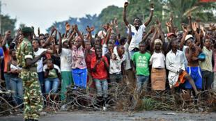 Comme chaque jour maintenant depuis fin avril, des groupes de jeunes se sont rassemblés, vendredi 22 mai 2015, face à la police ou aux militaires dans les quartiers périphériques et habituels bastions du mouvement.