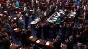 El senador John McCain llega al Senado para el voto sobre la reforma del sistema de salud, el 25 de julio de 2017.