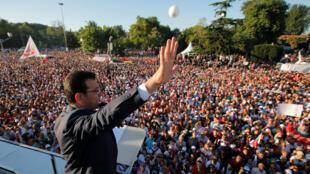 El alcalde Ekrem Imamoglu, saluda a sus seguidores desde la parte superior de un autobús fuera del Ayuntamiento en Estambul, Turquía, el 27 de junio de 2019.