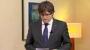 El destituido presidente catalán Carles Puigdemont hace una declaración luego de que un juez español ordenara mantener bajo custodia a nueve líderes secesionistas catalanes en espera de un posible juicio por el impulso independentista de la región, en Bruselas, Bélgica, el 2 de noviembre de 2017.