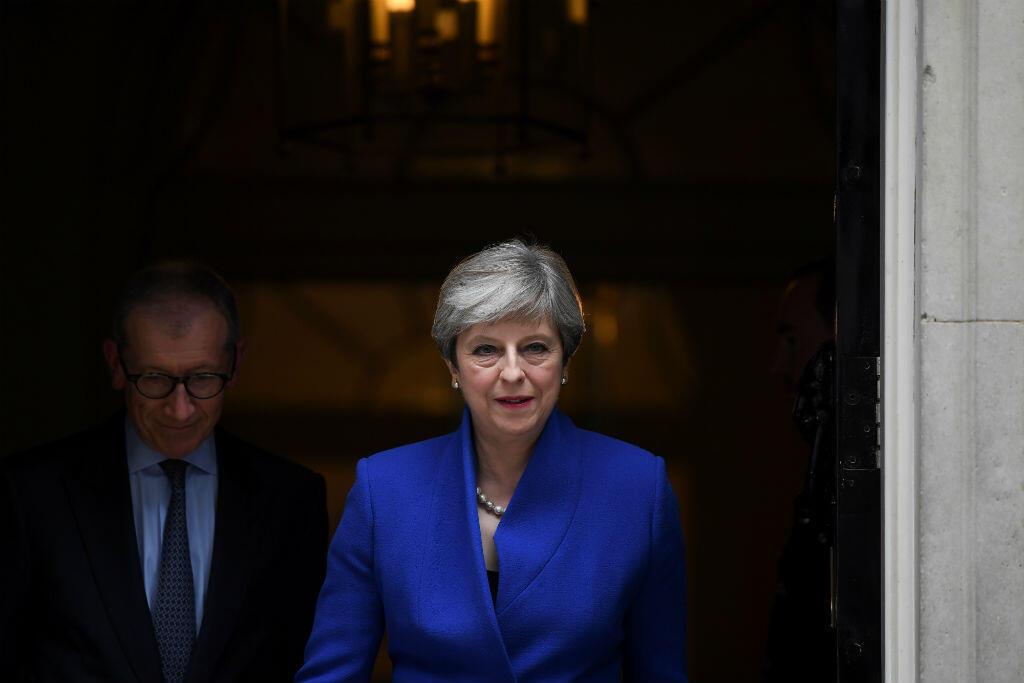 Theresa May a formellement demandé l'autorisation à la reine Elizabeth II de former un gouvernement.