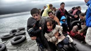 Des réfugiés et des migrants arrivent sur l'île grecque de Lesbos le 22 octobre 2015 après avoir traversé la mer Égée.