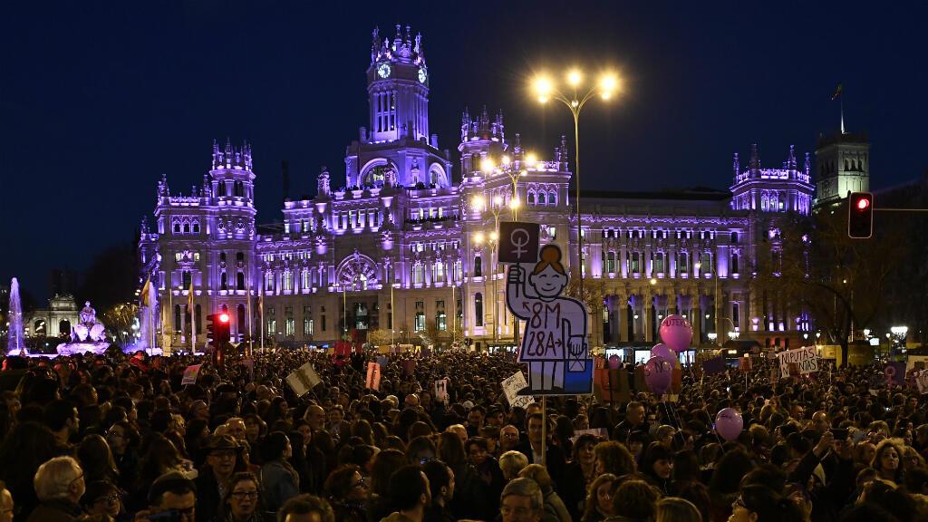 Una masiva manifestación durante el Día Internacional de la Mujer en la Plaza Cibeles en Madrid, España, el 8 de marzo de 2019.