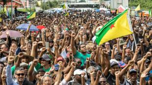 Des manifestants guyanais devant le centre spatial de Kourou, le 4 avril 2017.