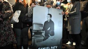 Des collègues et des proches de Samuel Paty lors d'une marche blanche en sa mémoire à Conflans-Sainte-Honorine (Yvelines) le 20 octobre 2020