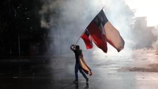 Las protestas en Chile contra el Gobierno de Sebastián Piñera cumplen un año este 18 de octubre. En la imagen, manifestantes antigubernamentales queman muebles saqueados en Santiago, Chile, el lunes 28 de octubre de 2019.