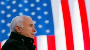 El senador republicano John McCain habla en una manifestación de campaña en Defiance, Ohio, el 30 de octubre de 2008.