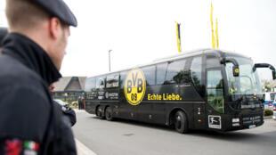 Le bus du Borussia Dortmund dont les vitres ont été partiellement soufflées par les explosions.