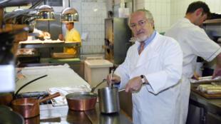 Alain Senderens dans la cuisine du restaurant Lucas-Carton à Paris en 2002.