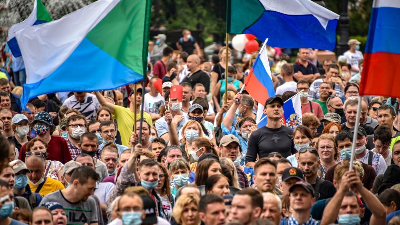 Miles de personas protestas en Jabárovsk portando banderas regionales y de Rusia contra la detención de su gobernador, Sergei Furgal. El 1 de agosto de 2020.