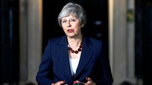 La primera ministra británica, Theresa May, hace una declaración fuera de Downing Street, en Londres, Gran Bretaña, el 14 de noviembre de 2018.