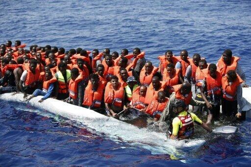 مهاجرون تم إنقاذهم في البحر قبالة السواحل الليبية في 18 آب/أغسطس 2016