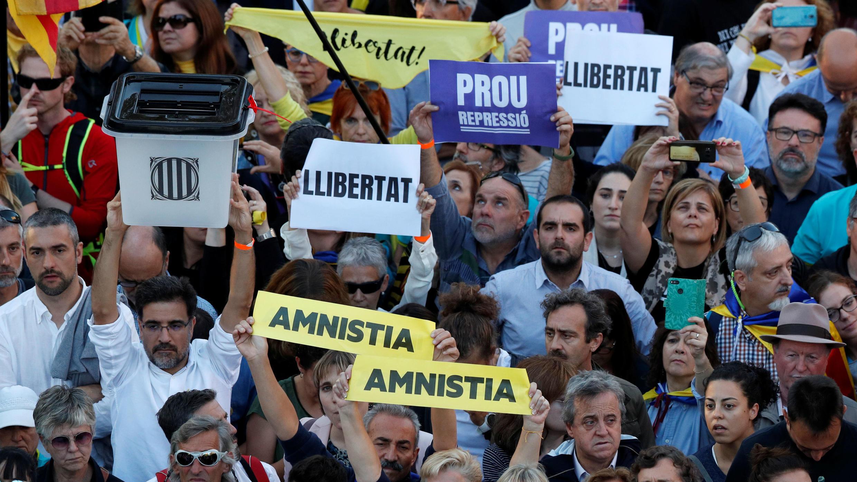 Manifestantes catalanes asisten a una protesta para pedir la liberación de los líderes encarcelados en Barcelona, España, 26 de octubre de 2019.