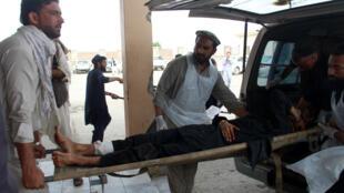 Un blessé sur un brancard, après l'explosion dans un centre d'enregistrement électoral dans la province de Khost, le 6 mai 2018.
