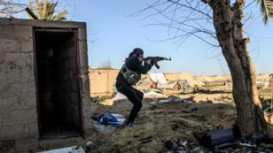 Un combattant des Forces démocratiques syriennes(FDS) dans les environs de Baghouz, dans la province de Deir Ezzor, le 9mars2019.